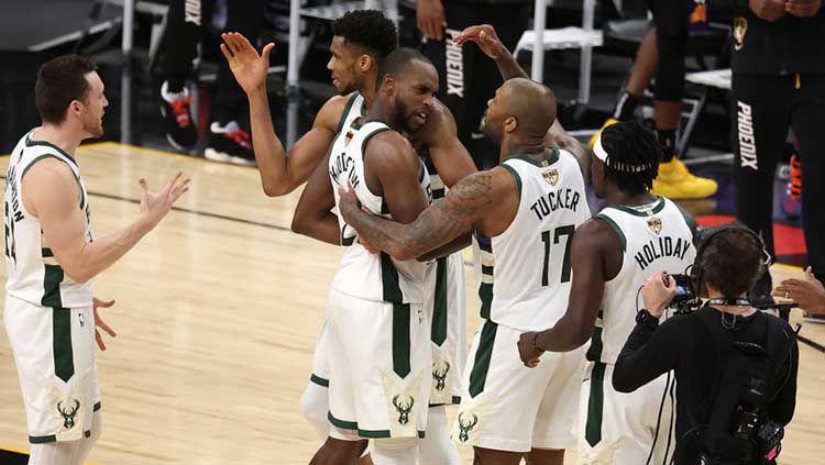 Diwarnai 50 poin Giannis Antetokounmpo, Milwaukee Bucks mengunci gelar NBA pertama sejak 1971 usai bekuk Phoenix Suns di game 6 final NBA, Rabu (21/07/2021). Copyright: © Ronald Martinez/Getty Images