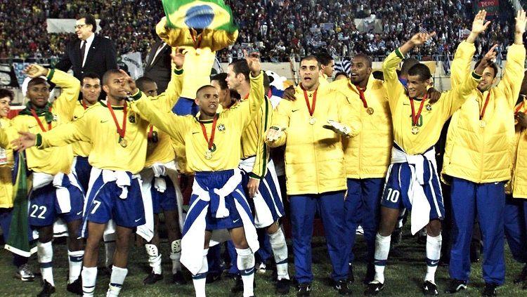 Segenap pemain Brasil berpesta saat menjuarai Copa America usai mengalahkan Uruguay d final, 18 Juli 1999. Copyright: © AFP