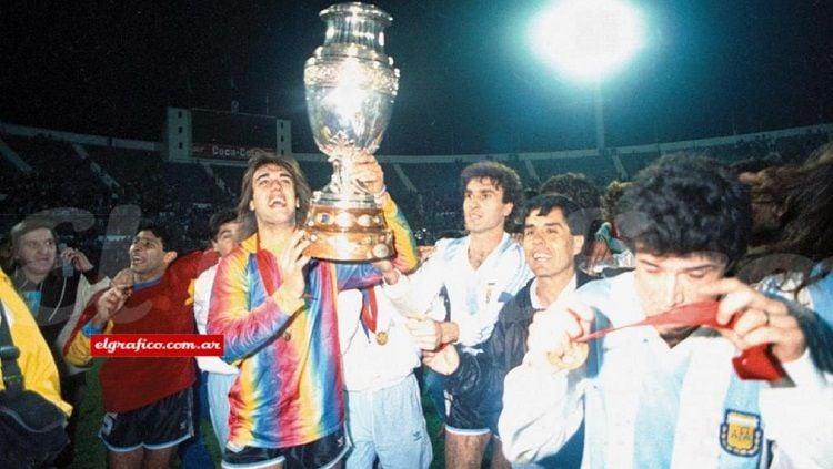 Gabriel Batistuta dan segenap pemain Argentina merayakan gelar juara Copa America, 21 Juli 1991. Copyright: © El Grafico