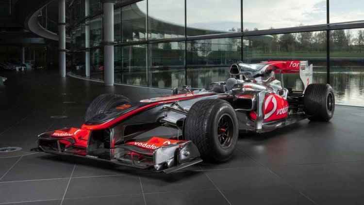 Mobil balap Formula 1 (F1) McLaren bersejarah yang pernah dikemudikan Lewis Hamilton saat menjadi juara pada 2010 terjual dengan harga fantastis. Copyright: © f1i