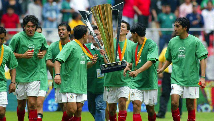 Para pemain Meksiko mengarak trofi Piala Emas Concacaf usai mengalahkan Brasil di final, 27 Juli 2003. Copyright: © Telemundo