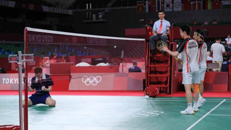Marcus Gideon/Kevin Sanjaya usai kalah di 8 besar Olimpiade 2020. Copyright: © NOC Indonesia