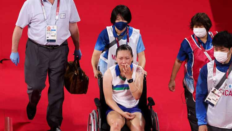 Beiwen Zhang, pebulutangkis AS cedera hingga harus pakai kursi roda di Olimpiade Tokyo. Copyright: © Lintao Zhang/Getty Images