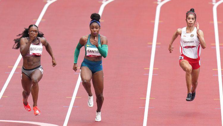 Sprinter Alvin Tehupeiory (kanan) harus menyudahi langkahnya di Olimpiade Tokyo 2020. Atlet 26 tahun itu finis di urutan terakhir babak utama nomor 100 meter putri. Copyright: © NOC Indonesia