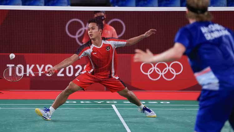 Aksi Anthony Ginting dalam pertandingan Olimpiade 2020 melawan Anders Antonsen, Sabtu (31/7/21). Copyright: © NOC Indonesia