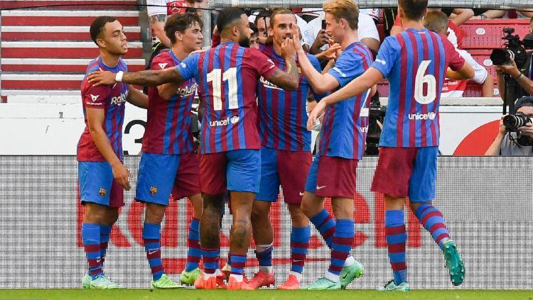 Para pemain Barcelona melakukan selebrasi dalam laga kontra VfB Stuttgart. Copyright: © THOMAS KIENZLE/AFP /AFP via Getty Images