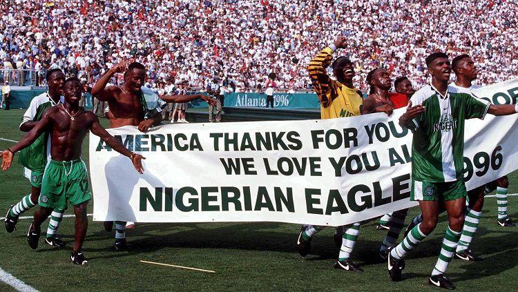 Suka cita segenap pemain Nigeria saat memastikan medali emas Olimpiade usai mengalahkan Argentina di final, 3 Agustus 1996. Copyright: © FIFA