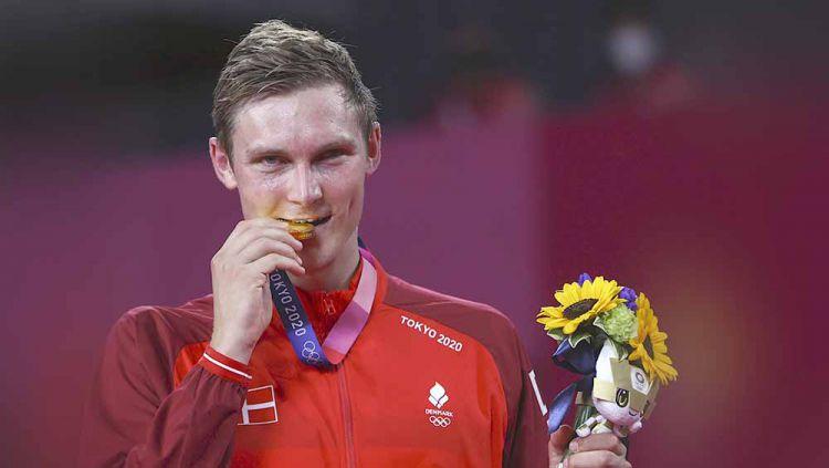 Peraih medali emas Viktor Axelsen asal Denmark berpose dengan medalinya di Olimpiade Tokyo 2020. Copyright: © REUTERS/Leonhard Foeger