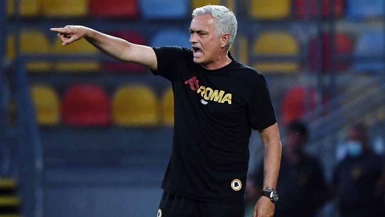 AS Roma Dipatuk Lazio, Jose Mourinho Semprot Wartawan lalu Kabur Copyright: © REUTERS/Alberto Lingria