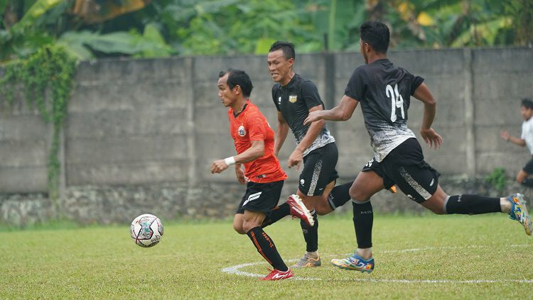 Asisten pelatih Persija Jakarta, Sudirman, belum puas akan penampilan anak asuhnya meski tim Liga 1 itu meraih kemenangan saat beruji coba dengan Dewa United. Copyright: © Khairul Imam/Persija