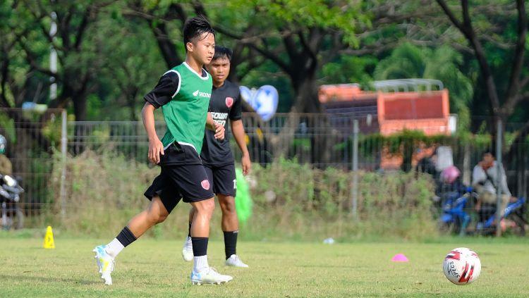 Gelandang anyar PSM Makassar, M Rian Firmansyah (hijau). (Adriyan Adirizky/INDOSPORT) Copyright: © (Adriyan Adirizky/INDOSPORT)