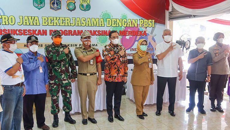 PBSI bekerja sama dengan Polda Metro Jaya menggelar vaksinasi Covid-19 dan bakti sosial pembagian sembako di lingkungan sekitar Pelatnas PBSI di Cipayung, Jakarta Timur. Copyright: © Instagram