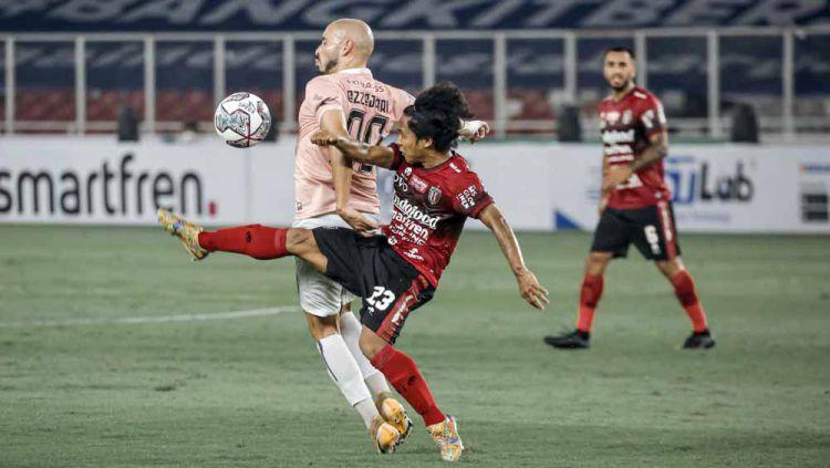 Winger Bali United, Fahmi Al Ayyubi berupaya mengganggu pergerakan penyerang Persik, Youssef Ezzejjari. Copyright: © Bali United