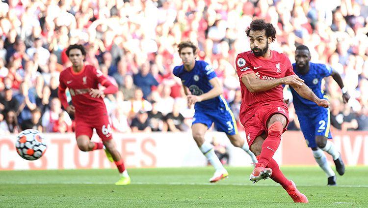 Mohamed Salah saat melakukan tendangan penalti dalam laga kontra Chelsea di Liga Inggris. Copyright: © Michael Regan/Getty Images