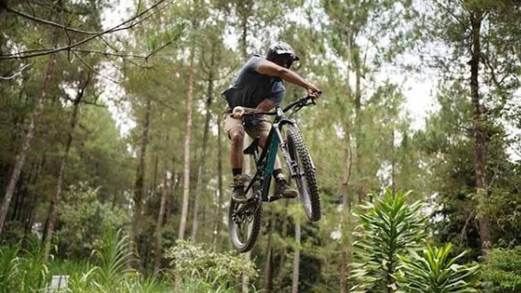 Ario Bayu adalah aktor yang menggemari sepeda downhill Copyright: © bayu_ario