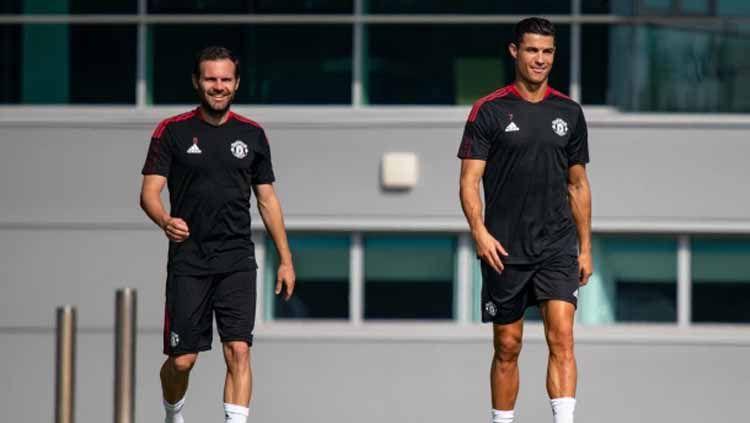 Cristiano Ronaldo dan Juan Mata dalam sesi latihan perdana bersama Man United Copyright: © thesun.co.uk