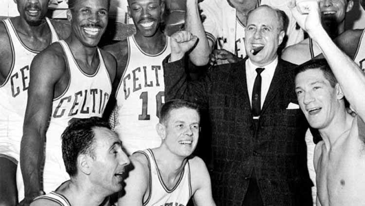 Red Auerbach selebrasi bersama pemain Boston Celtics Copyright: © Reteurs
