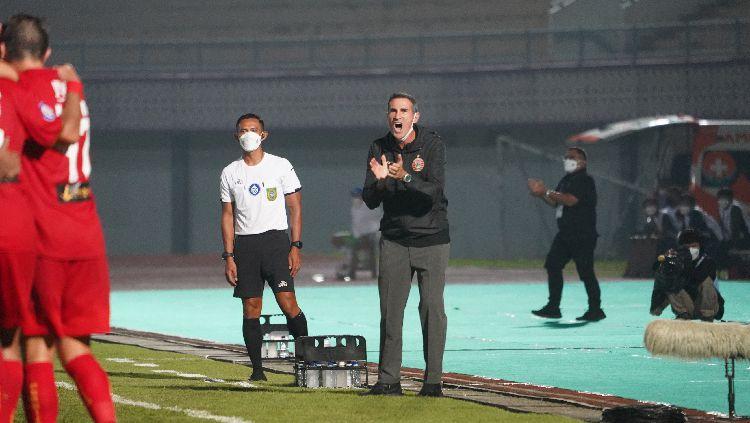 Pelatih Angelo Alessio mencoba tak menyesali kondisi Persija Jakarta saat ini di Liga 1. Copyright: © khairul imam/persija