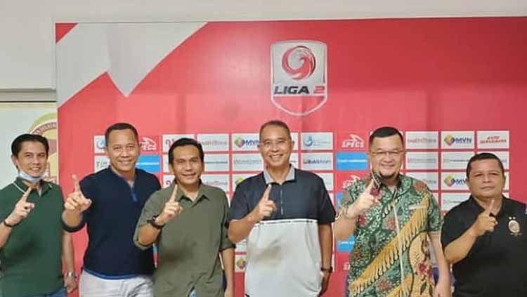 Sriwijaya FC resmikan Hendriansyah (ketiga dari kiri) sebagai manajer baru tim. Copyright: © INDOSPORT/Effendi