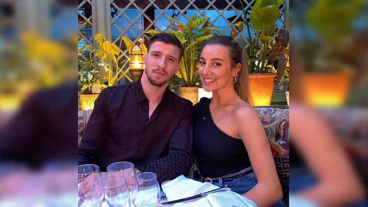 Bintang Manchester City, Ruben Dias, dilaporkan telah mengakhiri hubungan tiga tahunnya dengan penyanyi cantik April Ivy. Copyright: © aprilivymusic
