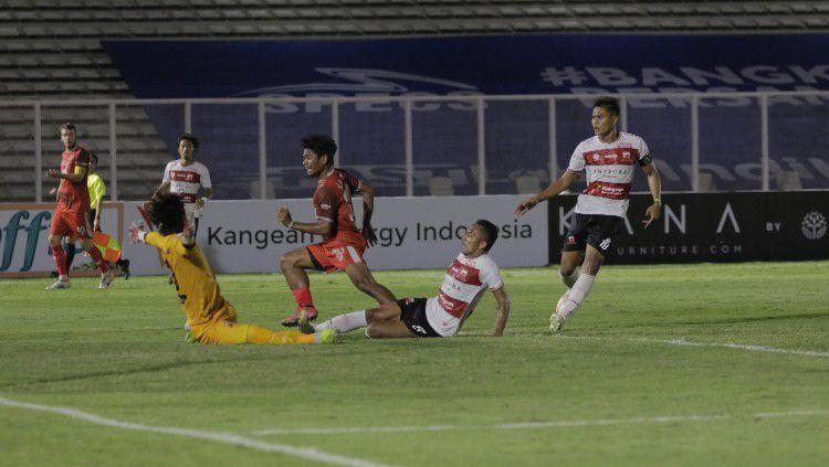 Momen gol penyerang sayap PSM Makassar, Ilham Udin Armaiyn, ke gawang Madura United. Copyright: © Official PSM Makassar