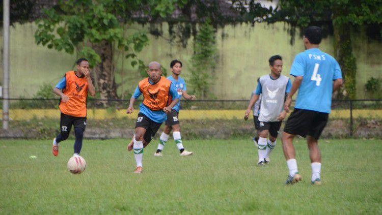 Pemain PSMS Medan kembali menjalani latihan rutin mereka di Stadion Mini Kebun Bunga, Medan, Selasa (14/9/21) sore. Copyright: © Aldi Aulia Anwar/INDOSPORT