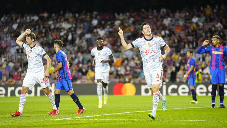 Selebrasi Robert Lewandowski usai mencetak gol ke gawang Barcelona (15/09/21). Copyright: © twitter.com/FCBayern
