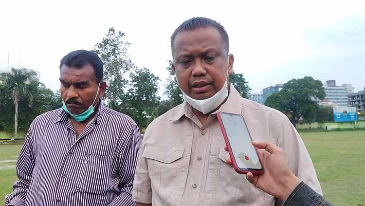 Manajer PSMS Medan, Mulyadi Simatupang (kanan), didampingi Sekretaris klub PSMS, Julius Raja (kiri). Copyright: © Aldi Aulia Anwar/INDOSPORT