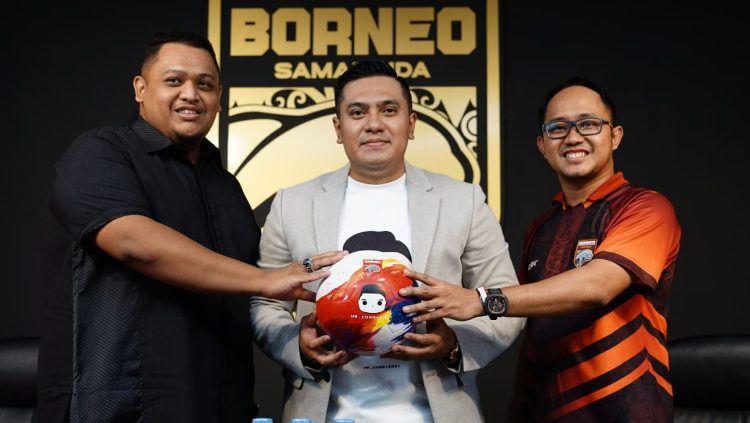 Tim Pesut Etam menandatangani kerja sama dengan sponsor baru, Mr. Cuanisasi. Copyright: © Borneo FC