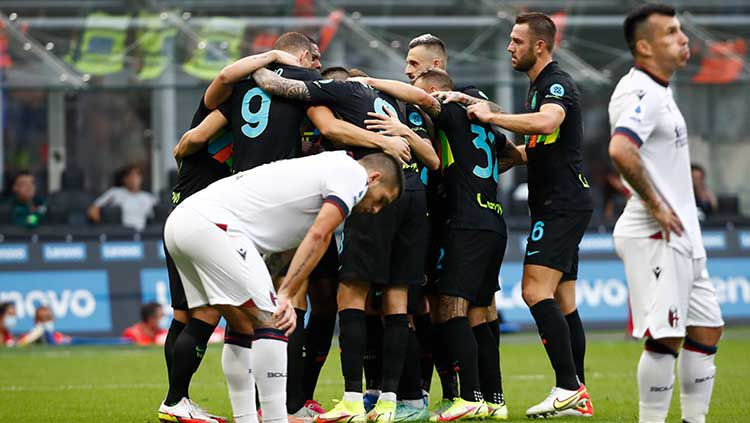Perayaan gol Inter Milan ke gawang Bologna yang dicetak oleh Milan Skriniar dalam lanjutan Liga Italia. Copyright: © REUTERS