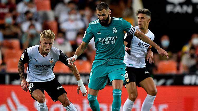 Aksi Karim Benzema di laga Valencia vs Real Madrid dalam lanjutan LaLiga Spanyol. Copyright: © REUTERS