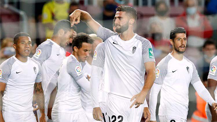 Selebrasi gol Domingos Duarte di laga Barcelona vs Granada dalam lanjutan LaLiga Spanyol. Copyright: © REUTERS