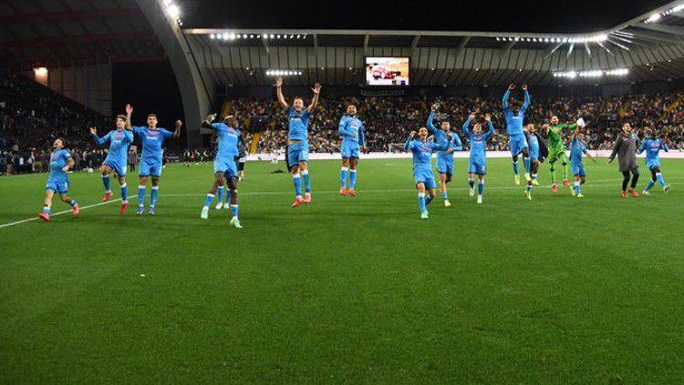 Selebrasi skuat Napoli pasca menang besar di kandang Udinese (21/09/21). Copyright: © twitter.com/en_sscnapoli