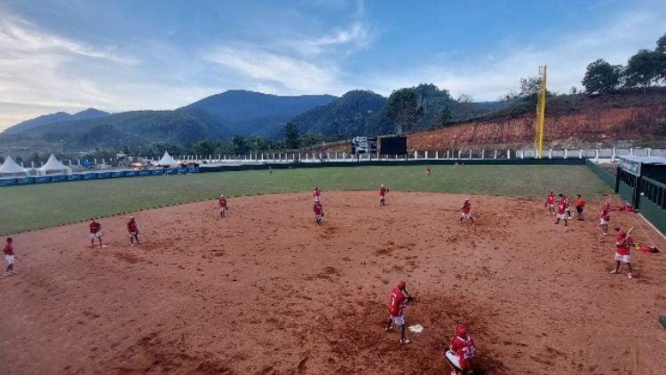 Tim softball putra DKI Jakarta saat berlatih di venue softball Agus Kafiar, Universitas Cenderawasih, Kota Jayapura. Copyright: © Sudjarwo/INDOSPORT