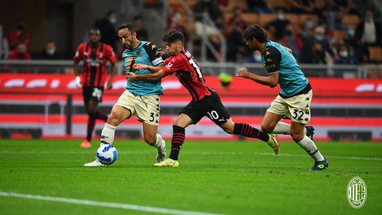 AC Milan sukses mengalahkan Venezia 2-0 di pekan kelima Liga Italia. Berikut 3 catatan positif di balik hasil tersebut, salah satunya diraih Theo Hernandez. Copyright: © twitter.com/acmilan