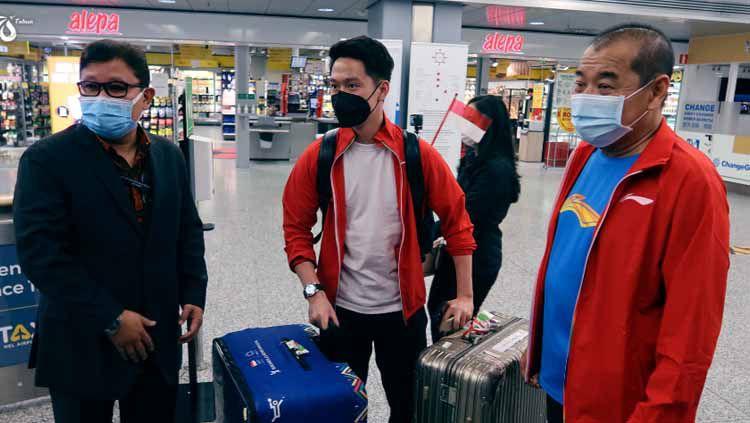 Ada sebuah kejadian menarik saat Kontingen Indonesia di Piala Sudirman 2021 tiba di Bandara Finlandia, yaitu saat koper Kevin Sanjaya terendus anjing pelacak. Copyright: © BADMINTON INDONESIA