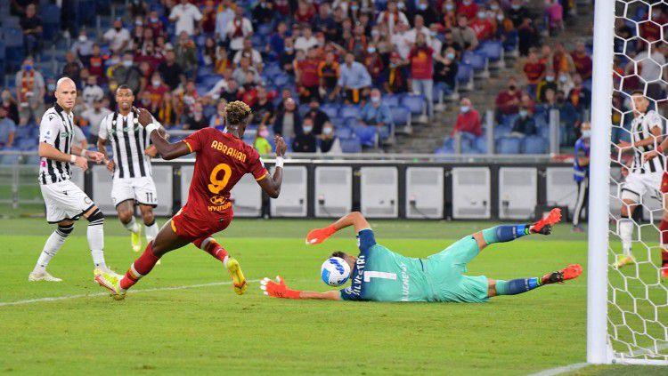 Proses gol Tammy Abraham di laga AS Roma vs Udinese (24/09/21). Copyright: © twitter.com/OfficialASRoma