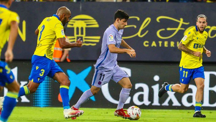 Aksi Yusuf Demir di laga Cadiz vs Barcelona (24/09/21). Copyright: © twitter.com/FCBarcelona