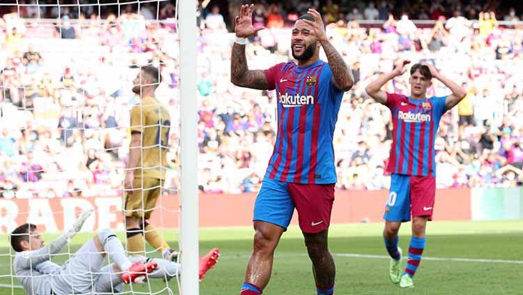 Aksi Memphis Depay di laga Barcelona vs Levante dalam lanjutan laLiga. Copyright: © REUTERS