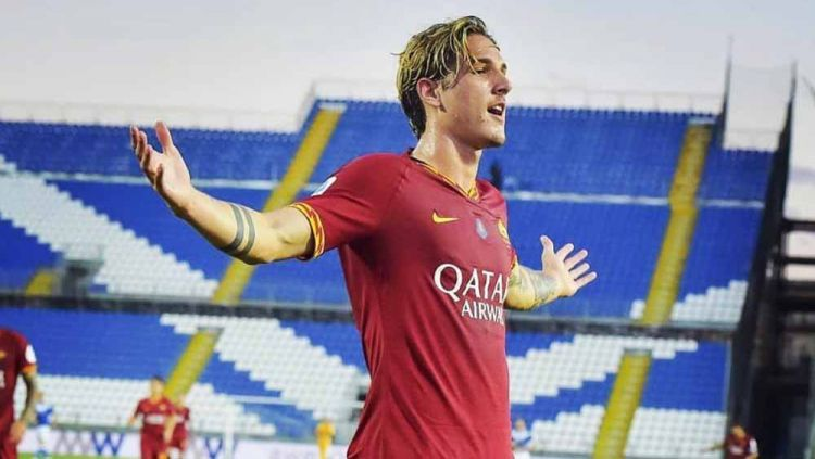 Bintang muda AS Roma, Nicolo Zaniolo menampilkan gestur cabul sebagai balasannya karena kesal dibully fans Lazio di Liga Italia, Minggu (26/09/21). Copyright: © Instagram@nicolozaniolo
