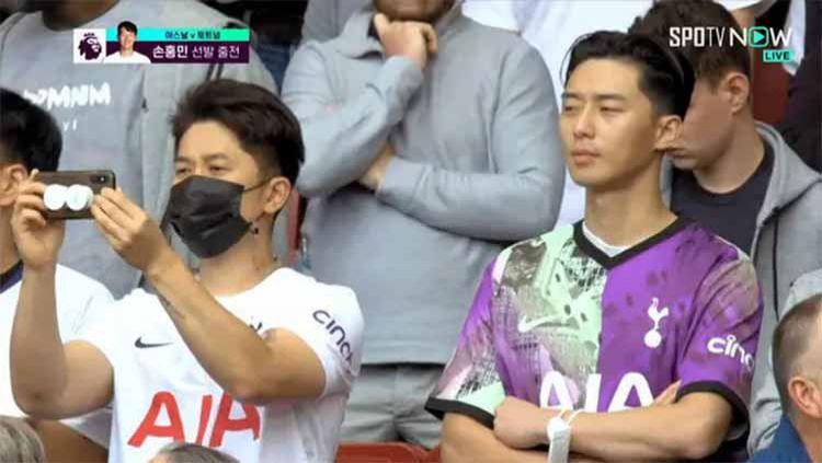 Indosport - Momen Park Seo Joon saat nonton Arsenal vs Tottenham