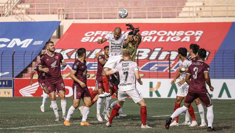 Indosport - Sempat terjadi insiden kecil antara Wawan Hendrawan dan Willian Pacheco pada laga Liga 1 antara Bali United vs PSM.