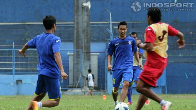 Asisten Pelatih Arema FC, Kuncoro (kanan). Copyright: © Ardiyansyah/INDOSPORT
