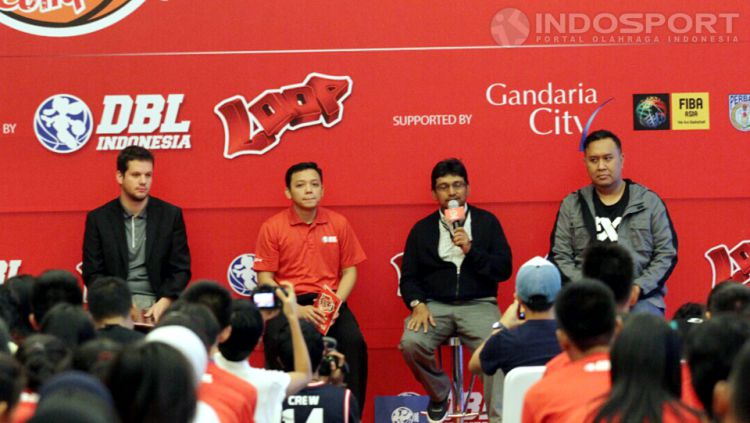 Kiri ke kanan - Nicolas Widmer (FIBA 3x3 Development Staff), Yondang Tubangkit (Communication Senior Manager DBL Indonesia), Reyhan (General Manager Planning and Solition Telkomsel) dan Agus Mauro (Sekjen PERBASI) dalam acara konferensi pers Loop 3x3 Comp Copyright: © Herry Ibrahim/INDOSPORT