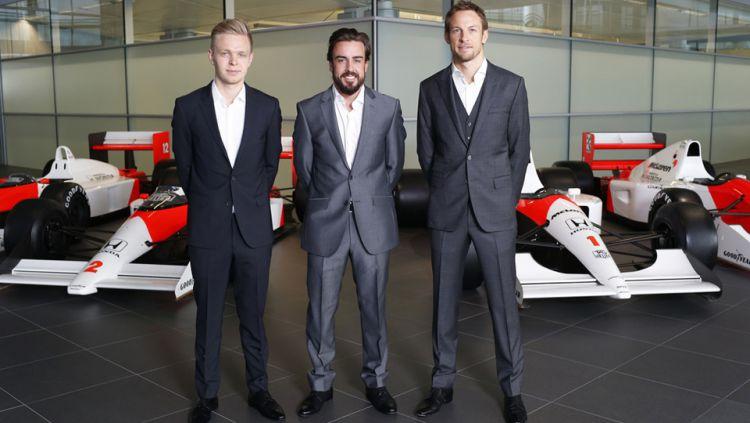 Kevin Magnussen (kiri), Fernando Alonso (tengah), dan Jenson Button (kanan) Copyright: © GETTY IMAGES