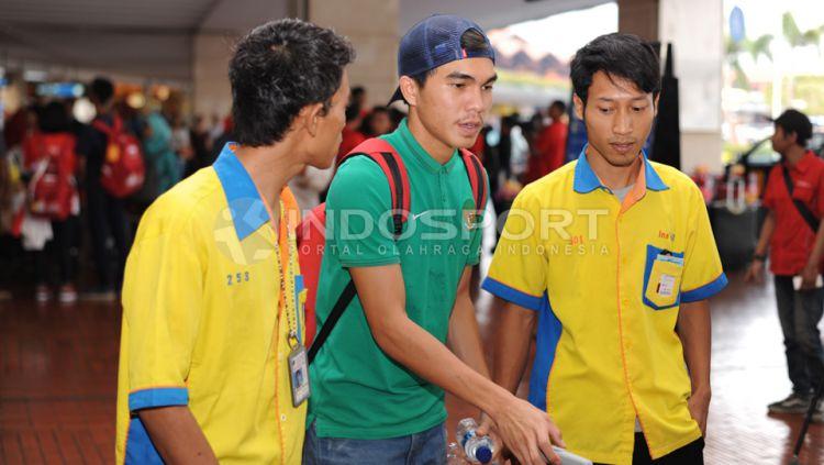 Paolo Sitanggang dibantu oleh terlihat lelah saat tiba di bandara Soekarno-Hatta, Tangerang, Banten. Selasa (16/06/15). Copyright: © Ratno Prasetyo/INDOSPORT