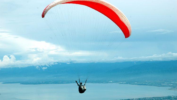 Olahraga paralayang yang saat ini tengah digandrungi. Copyright: © INTERNET/LASSAK IMAJI/TAGOR SIAGIAN